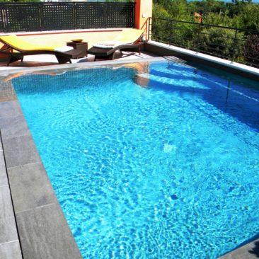 Переливной бассейн с щелевой переливной решеткой