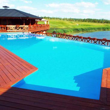 Построен бассейн на площадке для гольфа у Свияги